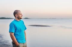 Hombre que hace una pausa el mar Fotos de archivo