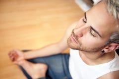 Hombre que hace yoga Imagen de archivo