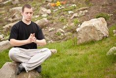 Hombre que hace yoga Fotografía de archivo libre de regalías