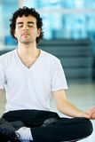 Hombre que hace yoga Imagenes de archivo