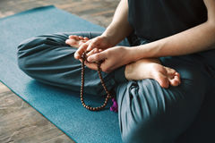 Hombre que hace yoga Imágenes de archivo libres de regalías