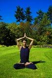 Hombre que hace yoga en naturaleza. Imagenes de archivo