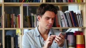 Hombre que hojea en línea en Smartphone, Internet almacen de metraje de vídeo