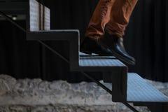 Hombre que huye abajo de las escaleras Fotos de archivo libres de regalías