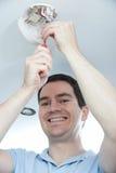 Hombre que instala el detector de monóxido del humo o de carbono fotografía de archivo