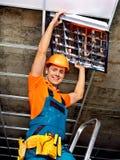 Hombre que instala el techo suspendido imágenes de archivo libres de regalías