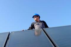 Hombre que instala los paneles fotovoltaicos de energía solar Fotografía de archivo libre de regalías