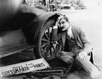 Hombre que intenta fijar el coche roto fotografía de archivo libre de regalías