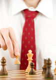 Hombre que juega a ajedrez Imagen de archivo