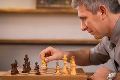 hombre que juega a ajedrez Foto de archivo libre de regalías