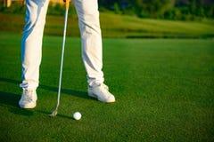 Hombre que juega al juego del golf fotografía de archivo libre de regalías
