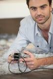 Hombre que juega al juego en la consola Fotos de archivo libres de regalías