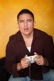 Hombre que juega al juego video Fotos de archivo libres de regalías