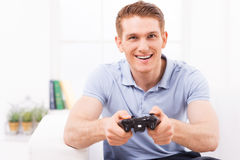 Hombre que juega al juego video imagenes de archivo
