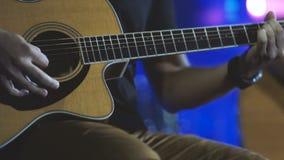 Hombre que juega ascendente cercano de la guitarra Guitarra acústica, clásica, de madera Músico Plays almacen de video