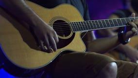 Hombre que juega ascendente cercano de la guitarra Guitarra acústica, clásica, de madera Músico Plays almacen de metraje de vídeo