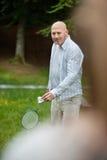 Hombre que juega a bádminton en parque Imagen de archivo