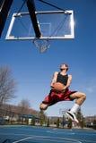 Hombre que juega a baloncesto fotografía de archivo libre de regalías