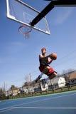 Hombre que juega a baloncesto foto de archivo