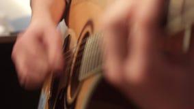 Hombre que juega cierre de la guitarra acústica para arriba almacen de video