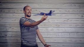 Hombre que juega con el avión metrajes