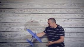 Hombre que juega con el avión almacen de metraje de vídeo
