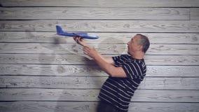 Hombre que juega con el avión almacen de video