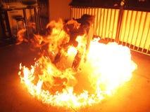 Hombre que juega con el círculo del fuego Fotos de archivo