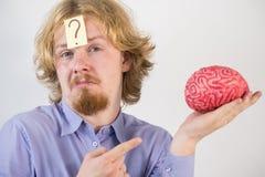 Hombre que juega con el cerebro humano Fotos de archivo libres de regalías
