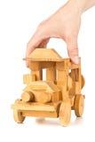 Hombre que juega con el coche de madera del juguete Imagenes de archivo