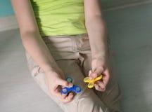 Hombre que juega con spiners Foto de la acción de la visión superior Fotografía de archivo libre de regalías