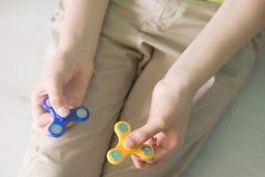Hombre que juega con spiners Foto de la acción de la visión superior Imagenes de archivo