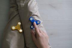 Hombre que juega con spiners Foto de la acción de la visión superior Foto de archivo libre de regalías