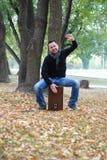 Hombre que juega el cajon en parque Imágenes de archivo libres de regalías