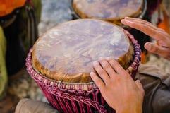 Hombre que juega el djembe Imagen de archivo libre de regalías