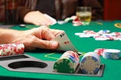 Hombre que juega el póker Imagen de archivo libre de regalías