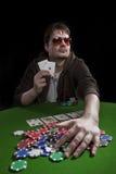 Hombre que juega el póker Fotos de archivo