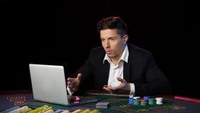Hombre que juega el póker en línea y perdidoso Cierre para arriba almacen de metraje de vídeo
