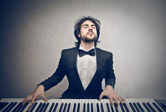 Hombre que juega el piano Imagen de archivo