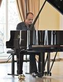 Hombre que juega el piano Foto de archivo libre de regalías