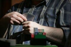 Hombre que juega el puente Imagenes de archivo