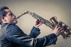 Hombre que juega el saxofón Foto de archivo libre de regalías
