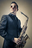 Hombre que juega el saxofón Imagen de archivo libre de regalías