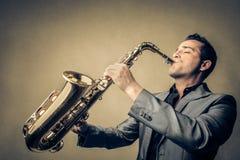 Hombre que juega el saxofón Fotografía de archivo libre de regalías