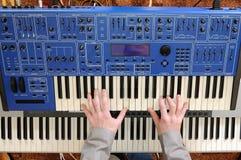 Hombre que juega el sintetizador Fotografía de archivo