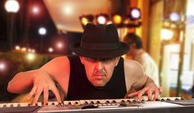 Hombre que juega el sintetizador Foto de archivo libre de regalías