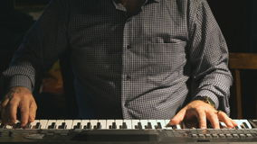 Hombre que juega el sintetizador en el club almacen de metraje de vídeo