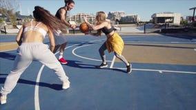 Hombre que juega el streetball con los amigos metrajes