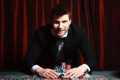 Hombre que juega en el casino Imagen de archivo libre de regalías