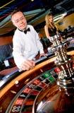 Hombre que juega en el casino Fotos de archivo libres de regalías